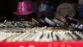 LA INDIA, GOA - 2012: Tienda con las pulseras en la India almacen de metraje de vídeo