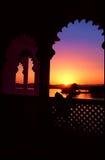 La India Jaipur, puesta del sol a través de la ventana tallada Fotos de archivo
