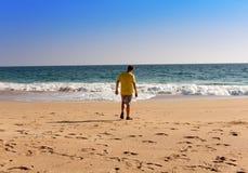 La India Kerala El adolescente en una playa Foto de archivo libre de regalías