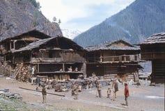 1977 La India La gente local de Malana, se está encontrando en un cuadrado del pueblo Imagen de archivo libre de regalías