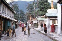 1977 La India Peregrinos tibetanos que dan vuelta a los molinos de rogación Imágenes de archivo libres de regalías