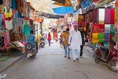 LA INDIA, RAM JHULA - 11 DE ABRIL DE 2017: Calle de las compras en Ram Jhula, fotos de archivo