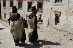 La India, religión, montañas, mujeres mayores, trajes, étnicos, buddhism, Tíbet, rezo, templo, viaje, tradición Imágenes de archivo libres de regalías