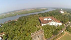 La India, ruinas del fuerte viejo de Goa Estado de Goa, la India aéreo almacen de metraje de vídeo
