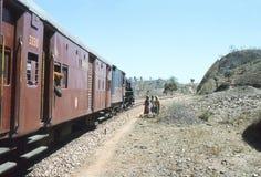 1977 La India Tren que aguarda el paso libre Foto de archivo