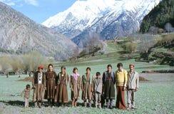 1977 La India Una familia que presenta fuera del pueblo de Kishori Foto de archivo libre de regalías