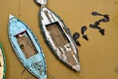 La India, Varanasi, barcos y búfalos de agua Imágenes de archivo libres de regalías