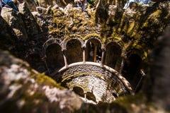 La iniciación bien de Quinta da Regaleira en Sintra La profundidad del pozo es 27 metros Conecta con otros túneles con u Imagenes de archivo