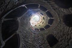 La iniciación bien de Quinta da Regaleira en Sintra La profundidad del pozo es 27 metros Conecta con otros túneles con u Imágenes de archivo libres de regalías