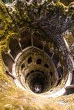 La iniciación bien de Quinta da Regaleira en Sintra La profundidad del pozo es 27 metros Conecta con otros túneles con u Imagen de archivo libre de regalías