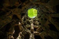 La iniciación bien de Quinta da Regaleira en Sintra La profundidad del pozo es 27 metros Conecta con otros túneles con u Imagen de archivo
