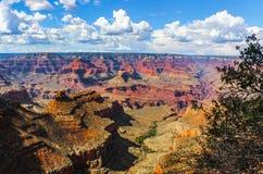 La inmensidad de la opinión de Grand Canyon del borde del sur en los mundos se sostuvo en este barranco un majestuoso con su mesa foto de archivo libre de regalías