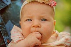 La inmunidad recién nacida es solamente temporal Poco recién nacido Bebé girl Poco Cutie Inmunidad de los babys que se convierte  fotografía de archivo libre de regalías