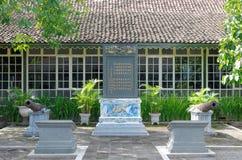La inscripción bilingüe del Chino-Javanese en palacio del sultanato de Yogyakarta Fotos de archivo