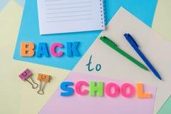 La inscripción de nuevo a letras plásticas de la escuela en el fondo Fotos de archivo