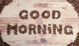 La inscripción en el buen día de madera con los granos de café Fotografía de archivo