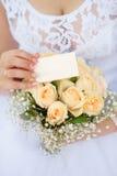 La inscripción en la mano del ` s de la novia, no olvida decir sí a la ceremonia de boda Lugar vacío para una inscripción Fotografía de archivo libre de regalías