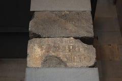 La inscripción en las piedras en el altar en la cela del templo de Garni, Armenia imagen de archivo