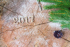 La inscripción 2017 en tocón de madera del fondo Imagen de archivo libre de regalías