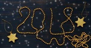 La inscripción en un fondo azul con las bolas de oro fondo festivo, Año Nuevo Imagen de archivo