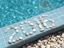 La inscripción 2016 es presentada por el guijarro en un lado de la piscina Fotografía de archivo
