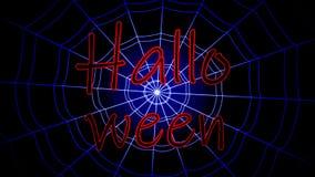 La inscripción roja Halloween se pegó, balanceando en un web concéntrico en un fondo azul metrajes