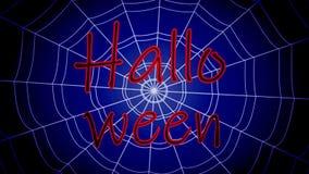 La inscripción roja Halloween se pegó, balanceando en un web concéntrico en un fondo azul almacen de metraje de vídeo