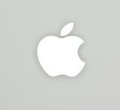 La insignia de Apple en el cuaderno del blanco del libro del mac fotografía de archivo libre de regalías