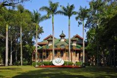 La insignia de escuela y el lema de la escuela de la universidad de Sun Yat-sen fotografía de archivo libre de regalías