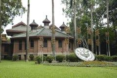 La insignia de escuela y el lema de la escuela de la universidad de Sun Yat-sen Imágenes de archivo libres de regalías
