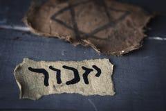 La insignia judía y el yizkor hebreo de la palabra, para recuerdan imagen de archivo