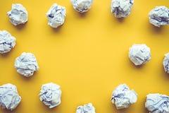 La inspiración de la creatividad, concepto de las ideas con el papel arrugó la bola imagen de archivo libre de regalías