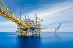 La instalación central del petróleo y gas costero en el golfo donde condensado del gas crudo de la producción fotografía de archivo libre de regalías