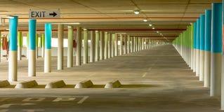 La instalación de estacionamiento subterráneo sin fin Imagen de archivo libre de regalías