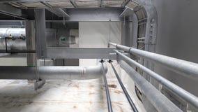 La instalación de la torre de enfriamiento en la plataforma conecta con la tubería Imagenes de archivo