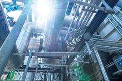 La instalación de tubos y el equipo en cosechadora completan un ciclo la central eléctrica Fotografía de archivo libre de regalías
