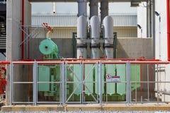 La instalación de tubos y el equipo en cosechadora completan un ciclo la central eléctrica Foto de archivo
