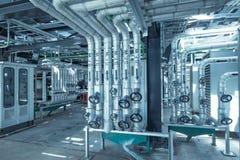 La instalación de tubos y el equipo en cosechadora completan un ciclo la central eléctrica Imagen de archivo libre de regalías