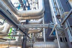 La instalación de tubos y el equipo en cosechadora completan un ciclo la central eléctrica Fotos de archivo