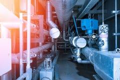 La instalación de tubos y el equipo en cosechadora completan un ciclo la central eléctrica Imagenes de archivo