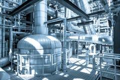 La instalación de tubos y el equipo en cosechadora completan un ciclo la central eléctrica Imagen de archivo