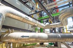 La instalación de tubos y el equipo en cosechadora completan un ciclo la central eléctrica Fotografía de archivo