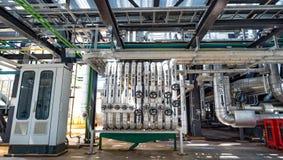 La instalación de tubos y el equipo en cosechadora completan un ciclo la central eléctrica Foto de archivo libre de regalías