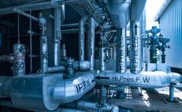 La instalación de tubos y el equipo en cosechadora completan un ciclo la central eléctrica Imágenes de archivo libres de regalías