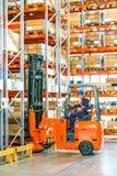 La instalación de Warehouse con los altos estantes fotos de archivo