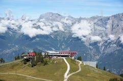 La instalación del esquí con la montaña en fondo Imagen de archivo libre de regalías