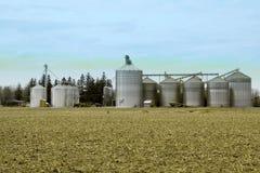 La instalación del grano del metal en una granja Foto de archivo libre de regalías