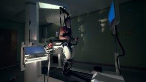 La instalación del hospital con un complejo de la fisioterapia para caminar y un paciente masculino que lo usa almacen de metraje de vídeo
