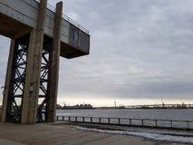 La instalaci?n industrial en la bah?a en el puerto d?a nublado foto de archivo