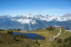 La instalación y lago del esquí con la montaña en fondo Imagen de archivo